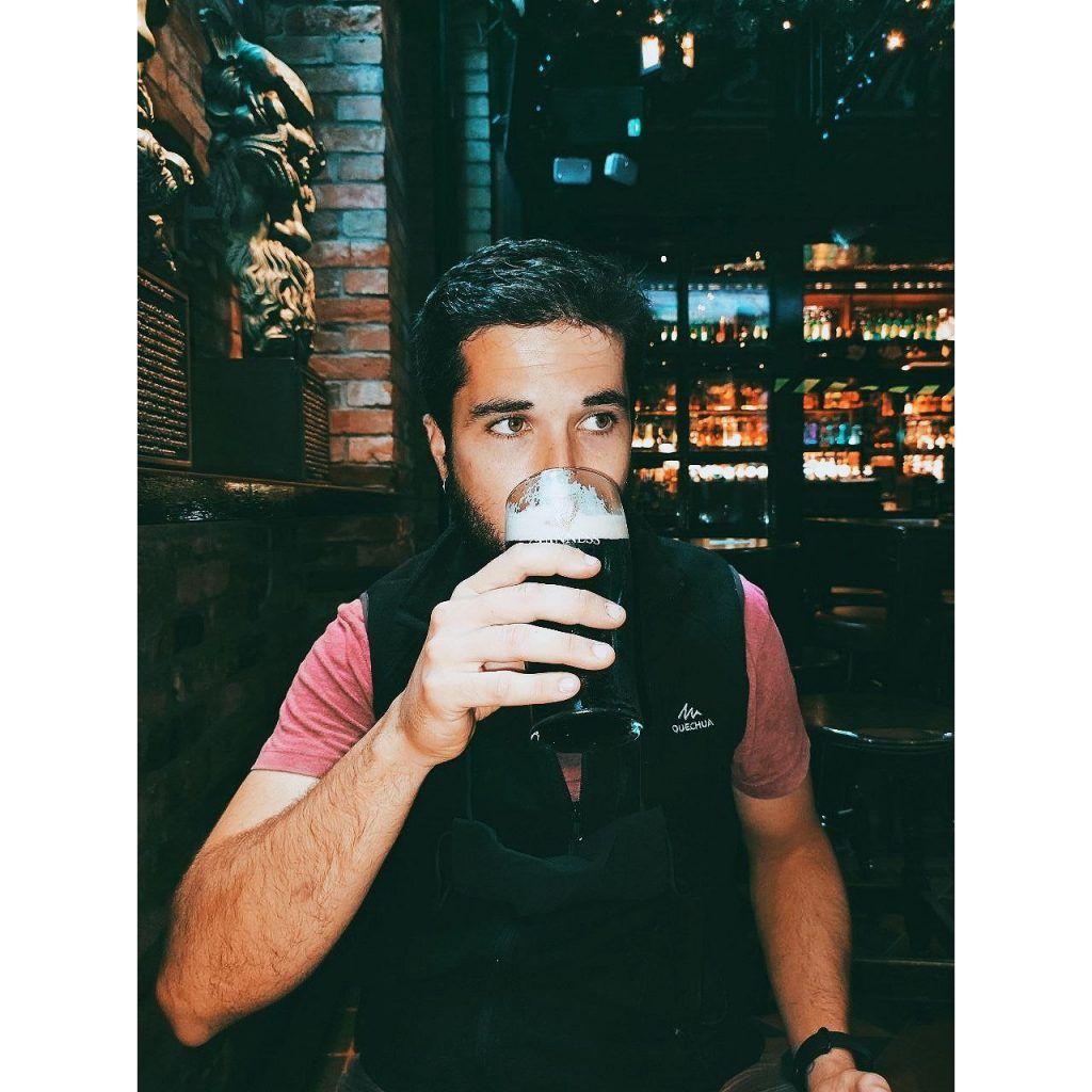Beber cerveza en el Temple Bar Dublin